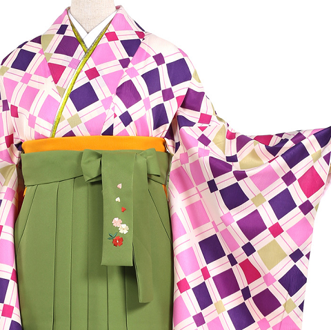 卒業式に着用する袴についてレンタルにするか?購入するか?で決めあぐねている方へそのそれぞれの相場、購入して姉妹で使いまわした場合、レンタルのメリットデメリットなど簡単にまとめています。卒業式袴レンタル大きいサイズ3万円以下袴0427