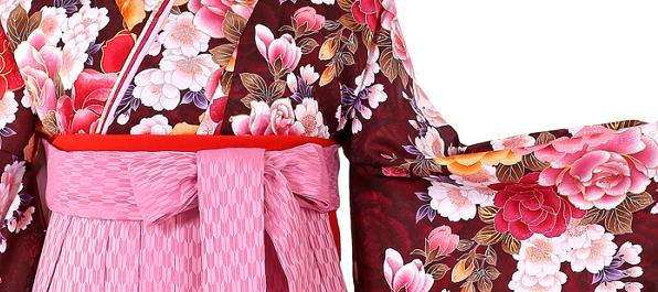 身長150cm以下の小さいサイズ対応で着用できる卒業式袴レンタルのおすすえめをご紹介しています。ピンク矢絣袴に珍しいボルドー色の着物、2尺袖がコーディネートされたとても上品で綺麗なセットです。卒業袴No.055-0260-SM-600-2
